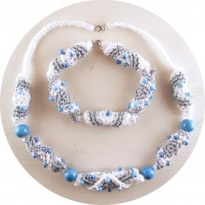 Ein gehäkeltes Armband mit dazu passender Halskette