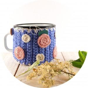 Gepunkteter Tassenwärmer mit Fähnchentasche